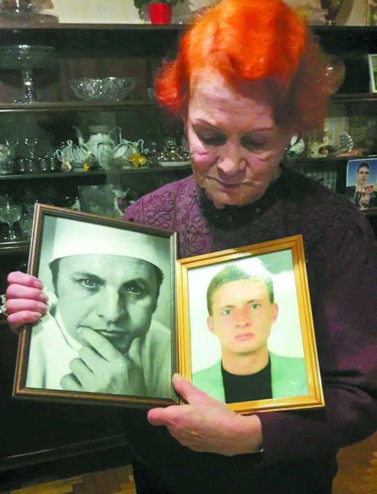 В руках Ирины Циньовской фотографии погибшего мужа и зятя. wz.lviv.ua