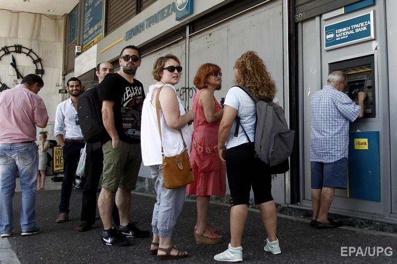 Узнав о проблемах в финансовом секторе, греки начали массово снимать наличность с банкоматов. Фото: ЕРА