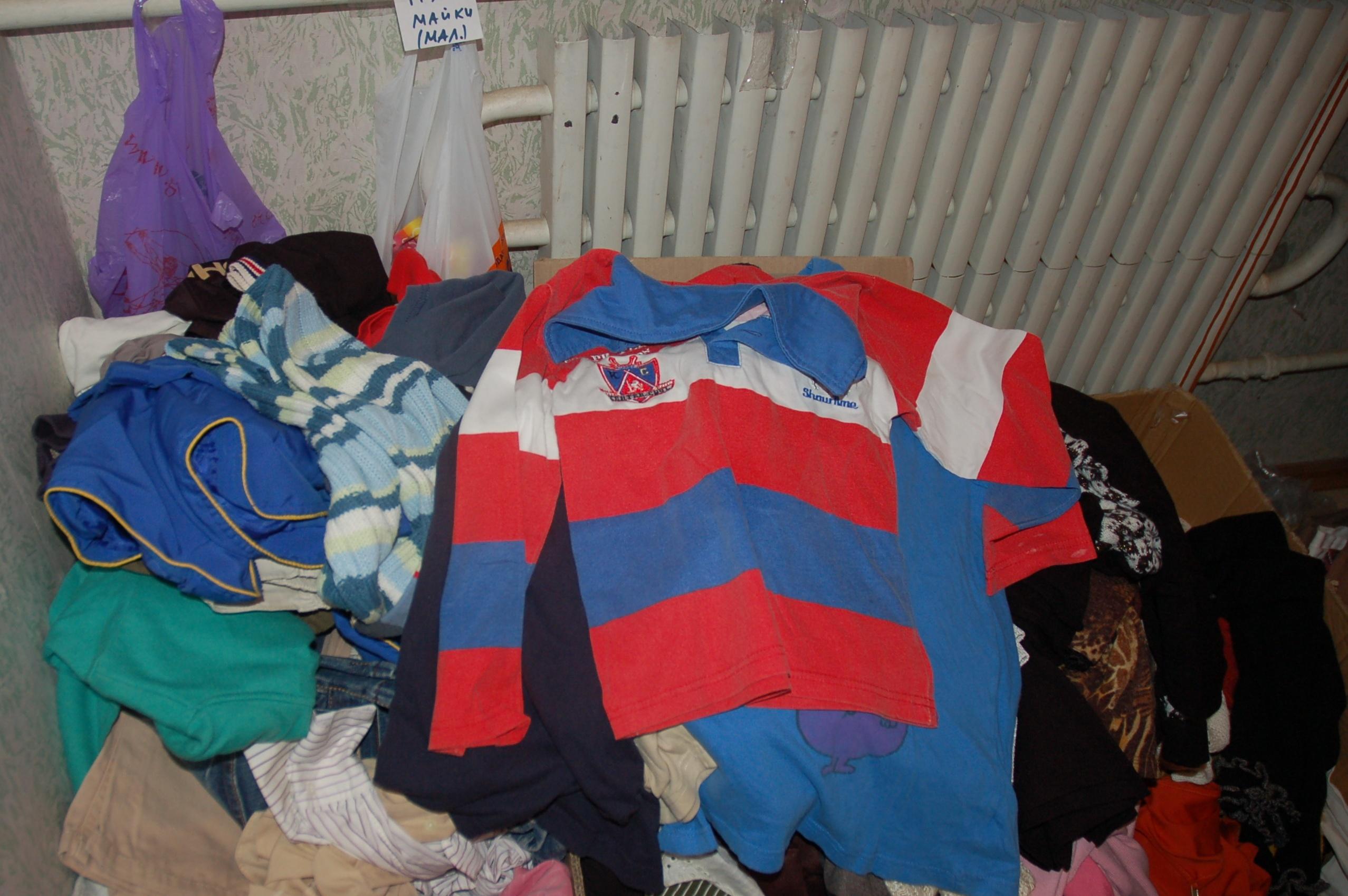Одежду для переселенцев передают люди. Иногда, жалуются волонтеры, что-то приходится даже выбрасывать, на столько вещь старая и рваная