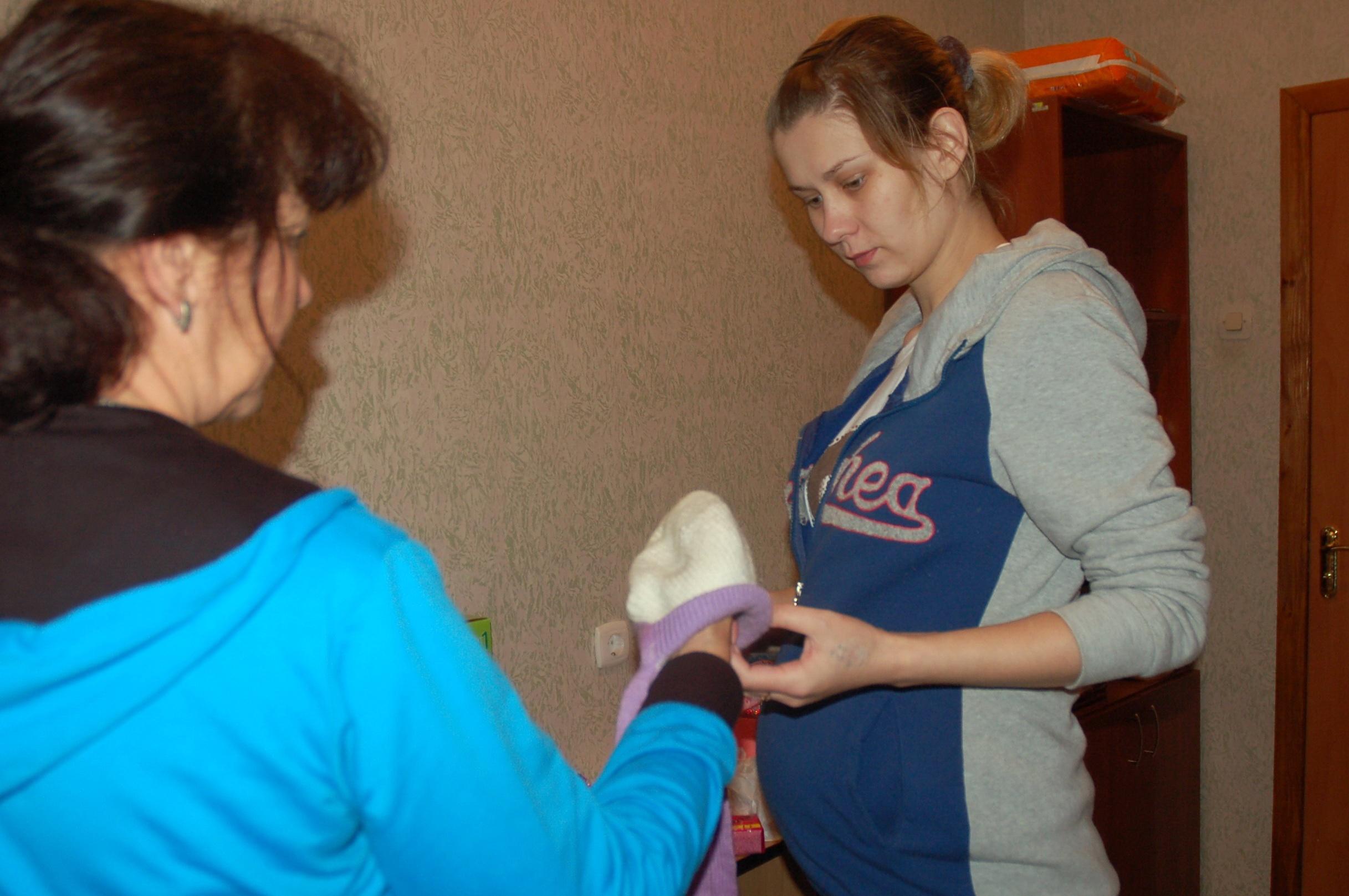 Нина и Кристина выбирают шапочку малышу. Фото: Анна Гин / Gordonua.com