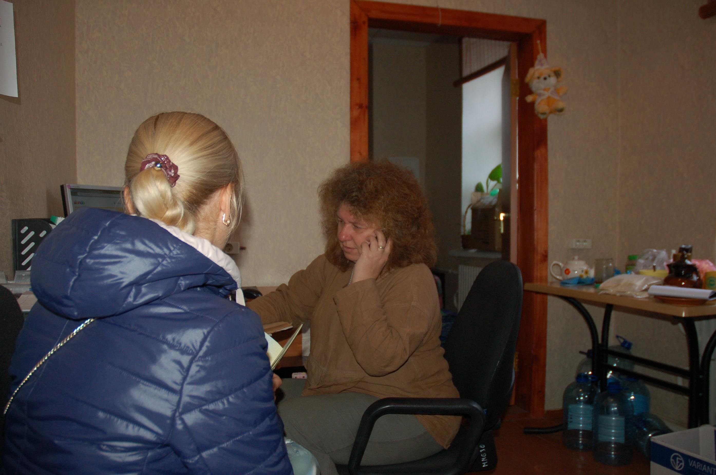"""Когда к волонтерам приходят за помощью, они записывают в специальную тетрадь все, что человеку необходимо. От жилья, до памперсов грудничку. В компьютере открыт файл """"жилье"""" - адреса людей готовых приютить у себя переселенцев"""