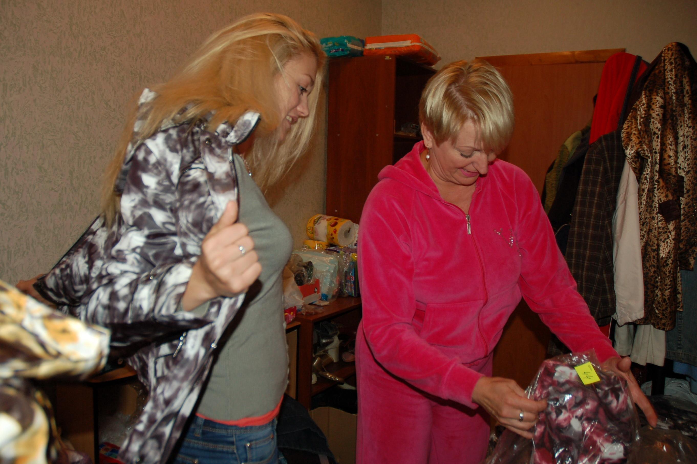 Сотрудники швейного цеха привезли для переселенцев женские куртки. Просто потому что в этот день сильно похолодало.