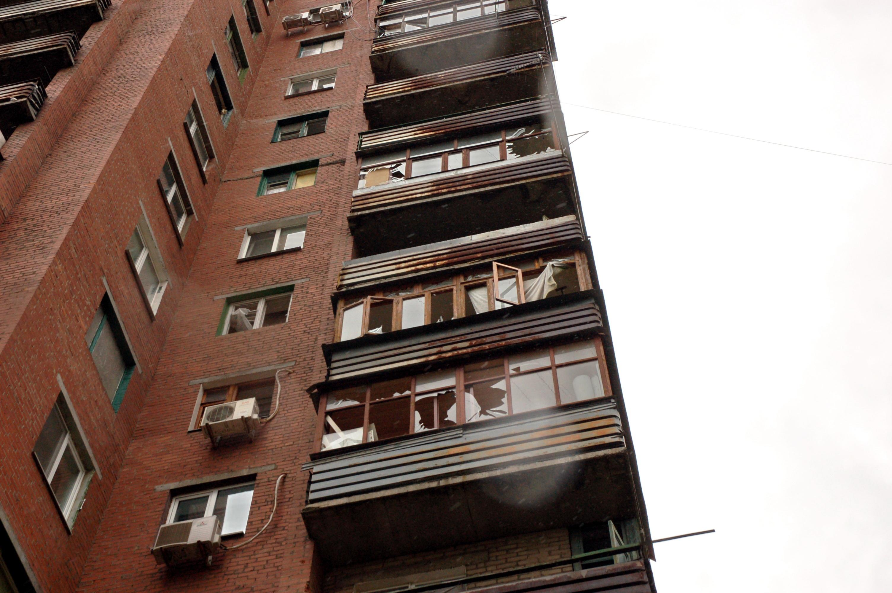 В жилых домах Славянска взрывной волной вынесло рамы и стекла