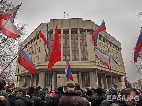 Пророссийские активисты возле здания Крымского парламента в Симферополе. 27 февраля 2014 г. Фото: EPA