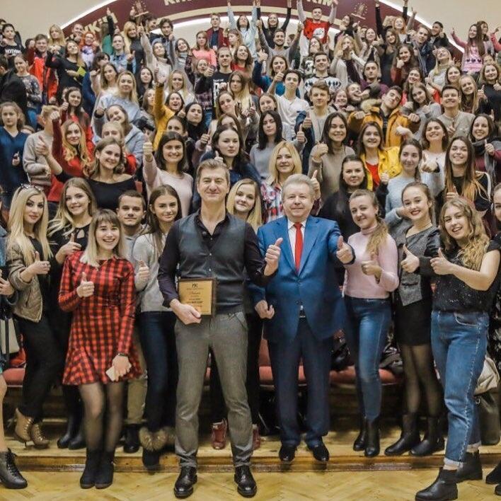 Никитин, исполнитель и педагог Михаил Поплавский и учащиеся школы NIMBS. Фото: Yuriynikitin / Instagram