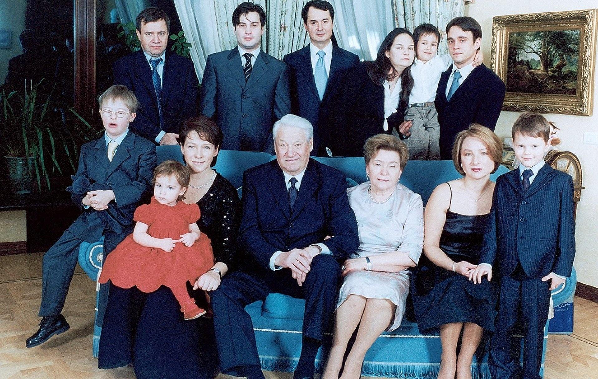 Семья Бориса Ельцина. Валентин Юмашев крайний слева вверху. Фото: yeltsin.ru