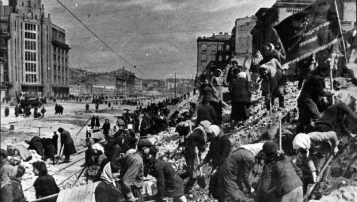 Киевляне разбирают завалы на Хрещатике. Фото: kpi.ua