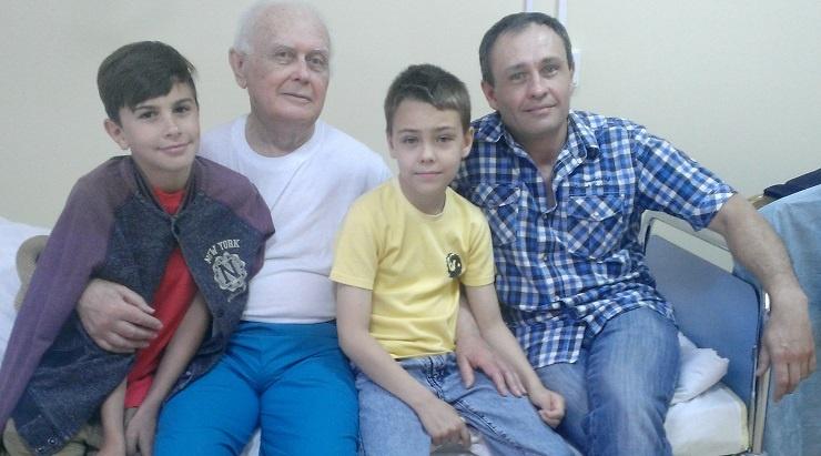 Солошенко с сыном Александром и внуками в болинце сразу после возвращения в Украину. Фото