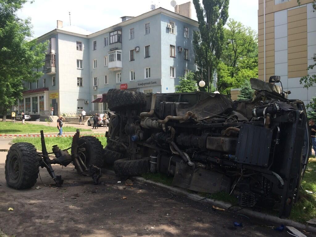 """Остатки """"Камаза"""" с боевиками, обстрелянного украинской армией. Фото: Christopher Miller / Twitter"""