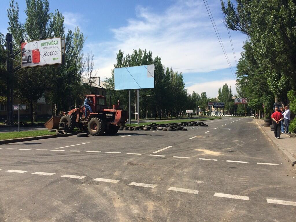 Дорога в нескольких сотнях метров от аэропорта Донецка. Кроме террористов и зевак тут никого нет. Фото: Christopher Miller / Twitter