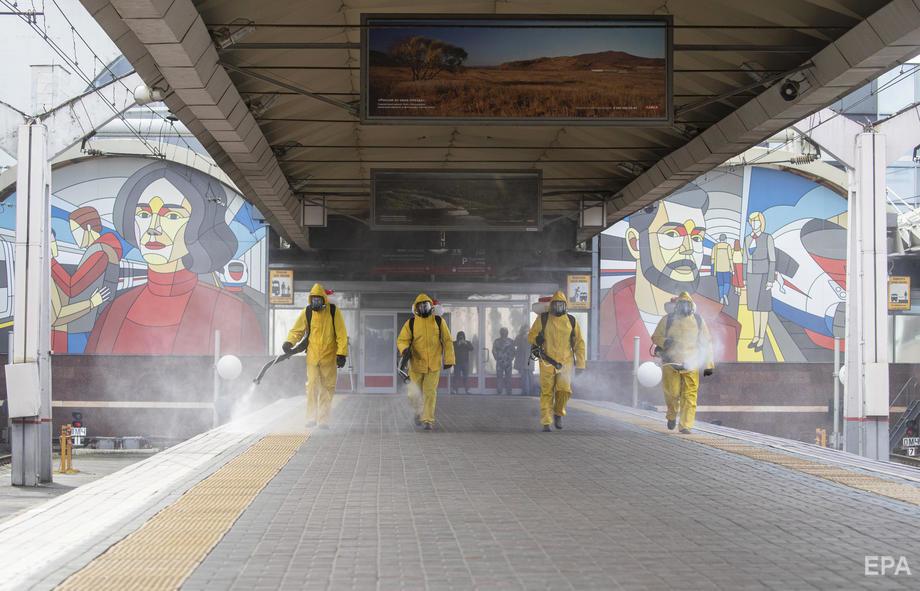19 мая 2020 года. Сотрудники МЧС РФ дезинфицируют Ленинградский железнодорожный вокзал. В столице РФ к 20 мая зафиксировано 152306 случаев заболевания COVID-19, из которых 36936 выздоровели, 1726 умерли. Фото: Sergei Ilnitsky / ЕРА