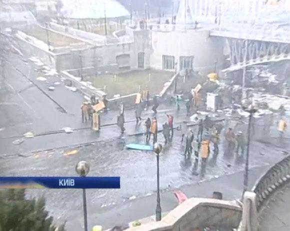 """Активисты потеснили """"Беркут"""". Фото: скриншот трансляции"""