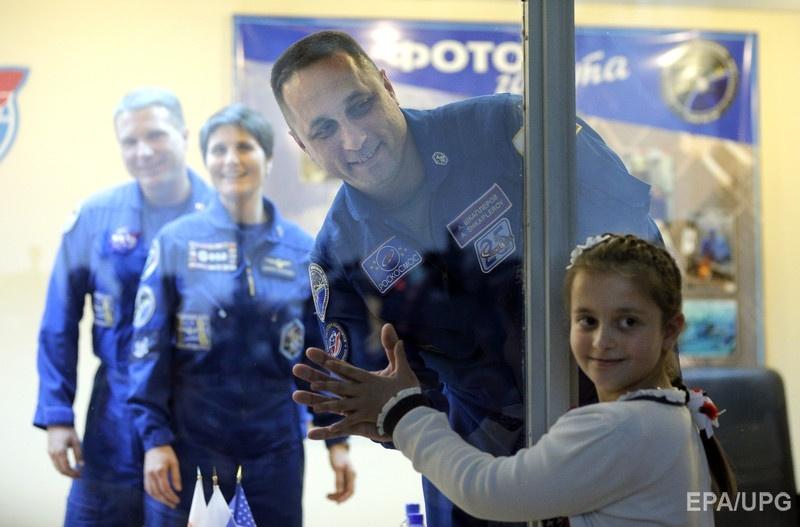 Россиянин Антон Шкаплеров прощается с дочерью. Экипаж отправится на МКС 24 ноября. Фото: EPA/UPG