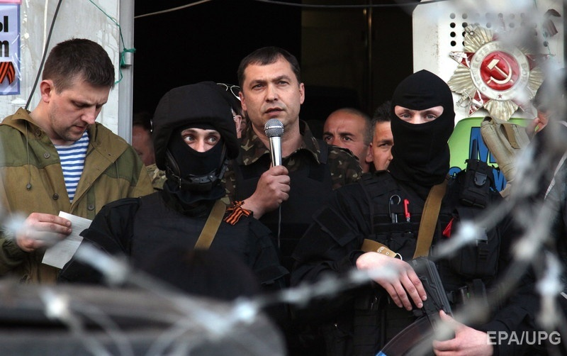 Болотов– в центре с микрофоном– во время захвата здания СБУ в Луганске, 25 апреля 2014 года. Фото: EPA