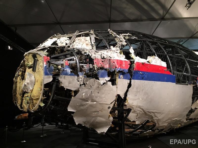 """Носовая часть самолета """"Малайзийских авиалиний"""", собранная из найденных на месте крушения обломков. Фото: EPA"""