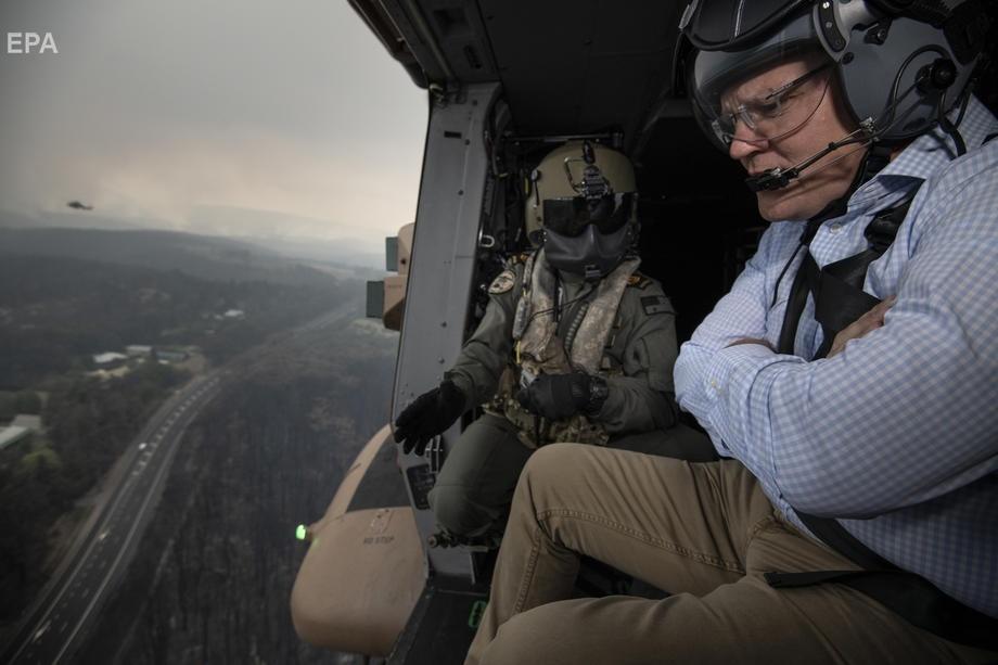 Премьер-министр Австралии Скотт Моррисон осматривает пострадавшие районы с вертолета, 23 декабря 2019 года. Глава австралийского правительства подвергся жесткой критике в связи Фото: EPA