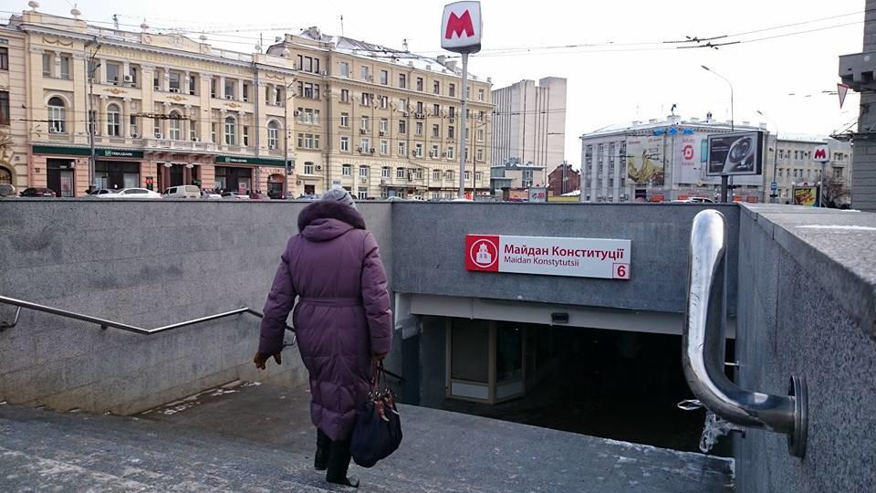 Харьковчане просят сделать урны для мусора на станциях метро