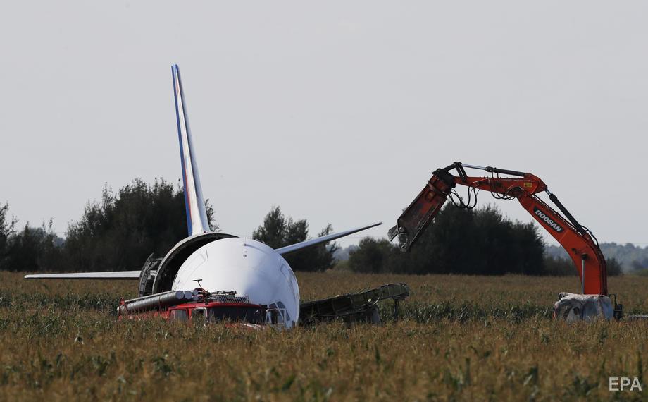 В Подмосковье разбирают авиалайнер, совершивший аварийную посадку на кукурузном поле. Фоторепортаж / ГОРДОН