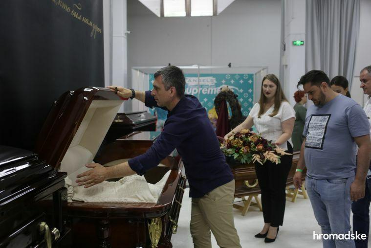 Гробы от Louis Vuitton и в стиле аниме. В Киеве прошла выставка современной похоронной культуры. Фоторепортаж / ГОРДОН