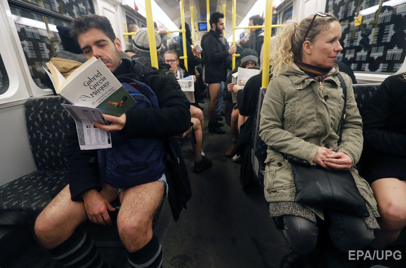 Участники всемирного флешмоба проехались в метро без штанов. Фоторепортаж / Гордон