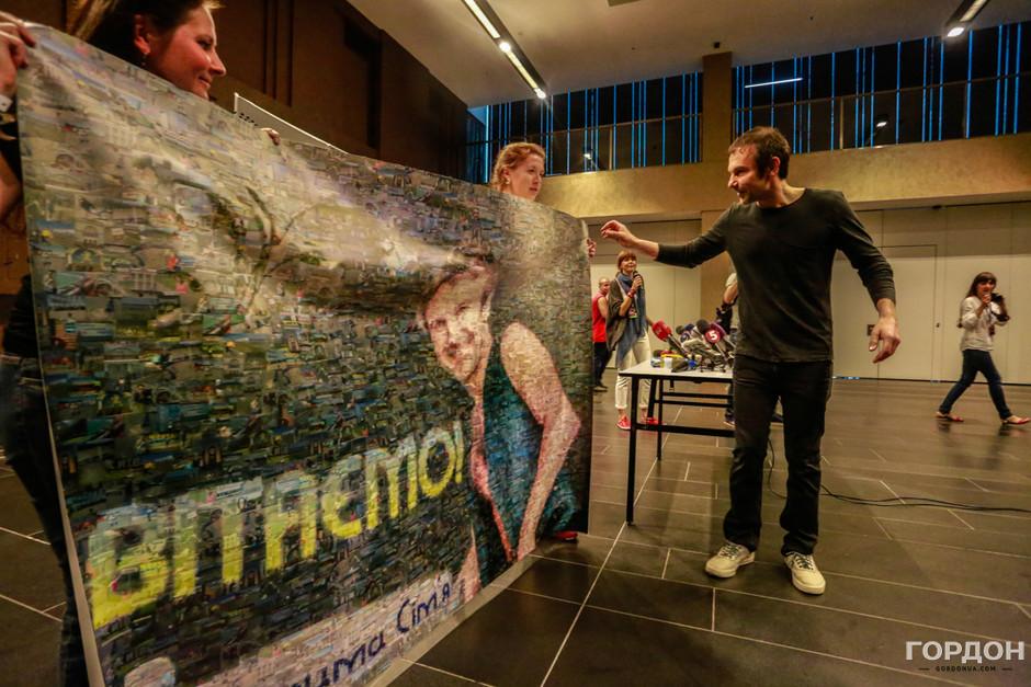 Вакарчуку на пресс-конференции подарили большой поздравительный плакат, составленный из огромного количества уменьшенных фотографий