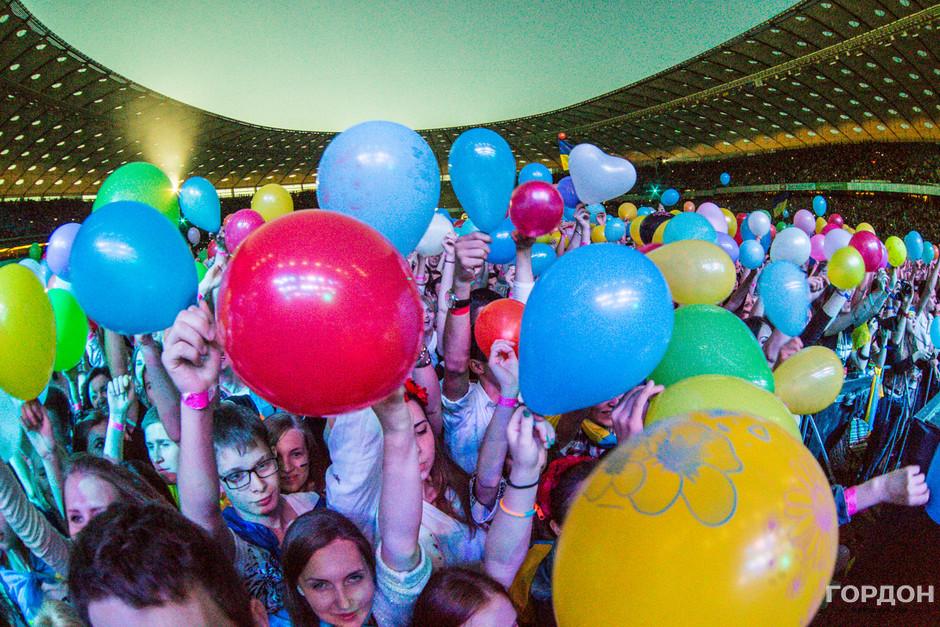Флешмоб от фанов. Во время второй песни они достают воздушные шарики и фактически укрывают ими фан-зону
