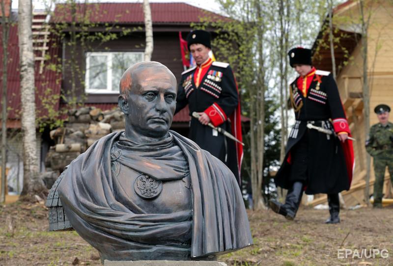 В Санкт-Петербурге казаки поставили памятник Путину в образе римского императора. Фоторепортаж / Гордон
